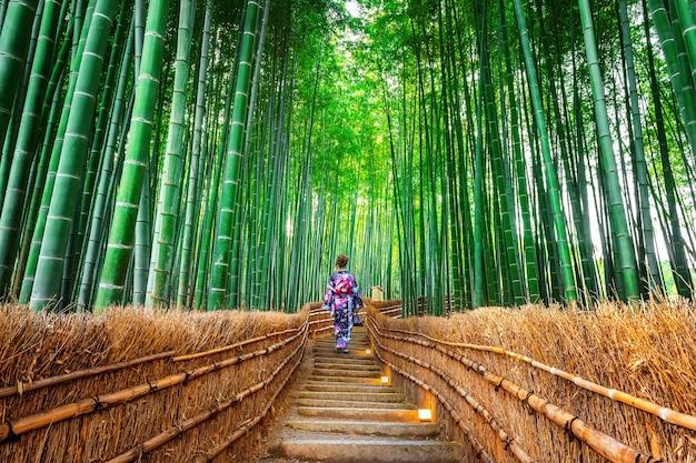 Bambuswald. asiatische frau, die traditionellen japanischen kimono am bambuswald in kyoto, japan trägt. Kostenlose Fotos