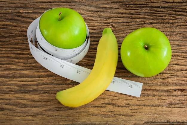 Banane länge und apfel männlichen genitalen konzept einer werbung kann verwendet werden) Premium Fotos
