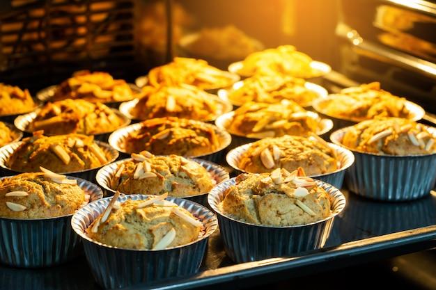 Bananen cupcake frisch und guten geschmack im heißen ofen. kochen Premium Fotos