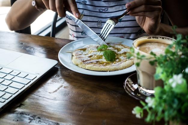 Bananenpfannkuchen im café Kostenlose Fotos
