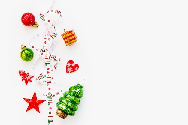 Band mit nordischen geometrischen schneeflocken des weihnachtsmusters. Premium Fotos