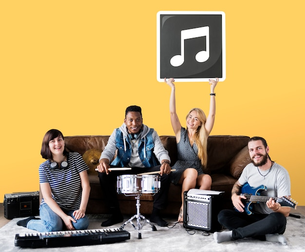 Band von den musikern, die eine ikone der musikalischen anmerkung halten Kostenlose Fotos