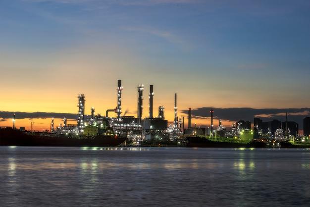 Bangchak raffinerie ansicht des chao phraya river samut prakarn provinzmorgens Premium Fotos
