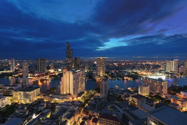 Bangkok skyline bei nacht Premium Fotos
