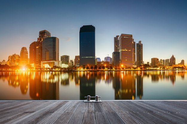 Bangkok-stadt im stadtzentrum gelegen zur sonnenaufgangzeit Premium Fotos