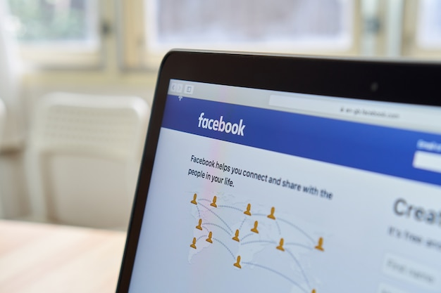 Bangkok, thailand - 15. oktober 2017: schließen sie herauf facebook-ikonen auf apple macbook. größte und beliebteste social-networking-site der welt. Premium Fotos