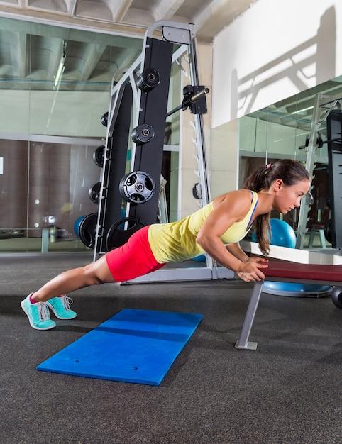 Bank trizeps drücken frau im fitnessstudio Premium Fotos