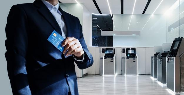 Bankdirektor mit kreditkarte Premium Fotos