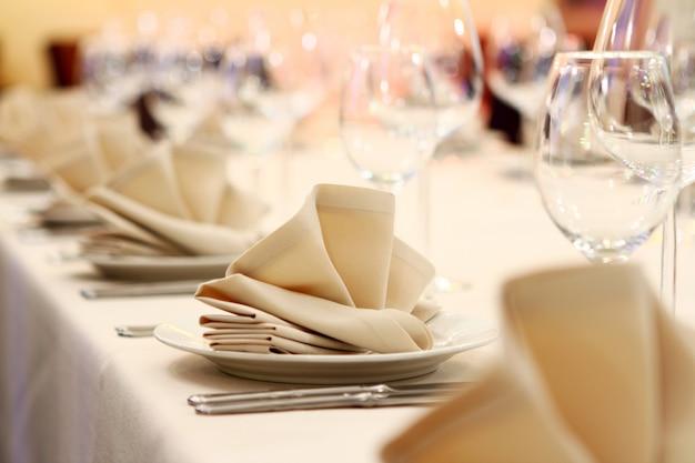 Banketttisch mit restaurant serviert Kostenlose Fotos