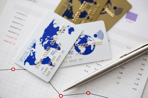 Bankkarten sind in charts mit finanzstatistik Premium Fotos