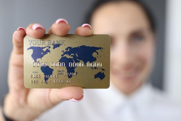 Bankkreditkarte auf hintergrund der lächelnden frau Premium Fotos