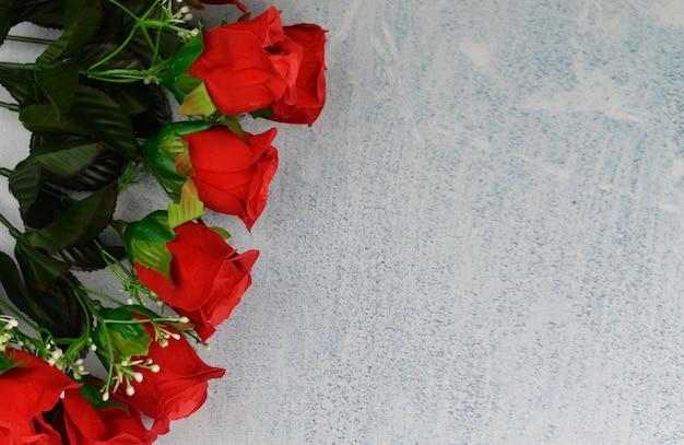 Banner collage mit roten rosen blumen und perlen auf einem grauen hintergrund an einem valentinstag feiern am 8. märz Premium Fotos