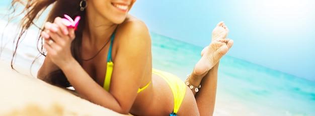 Banner herrliche sonnenbräune weibliche körper am strand Premium Fotos