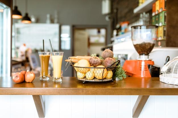 Bar stillleben mit früchten und getränken Kostenlose Fotos