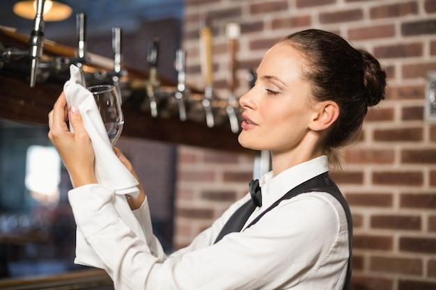 Bardame, die ein glas säubert Premium Fotos