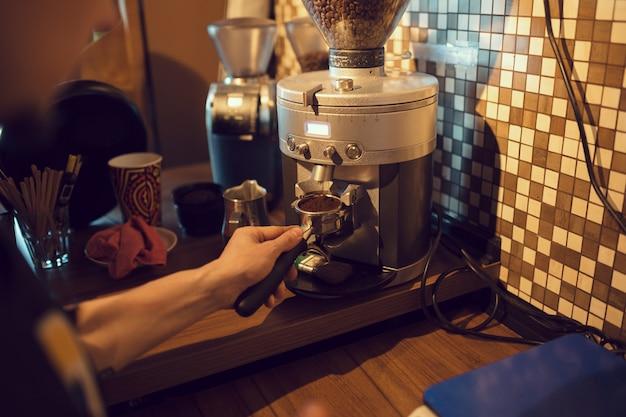 Barista bei der arbeit in einer cafeteria Kostenlose Fotos