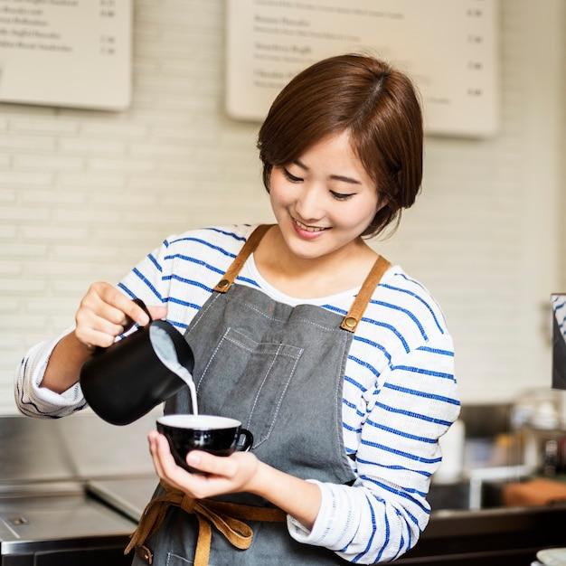 Barista bereiten kaffee-arbeitsauftrag-konzept vor Kostenlose Fotos