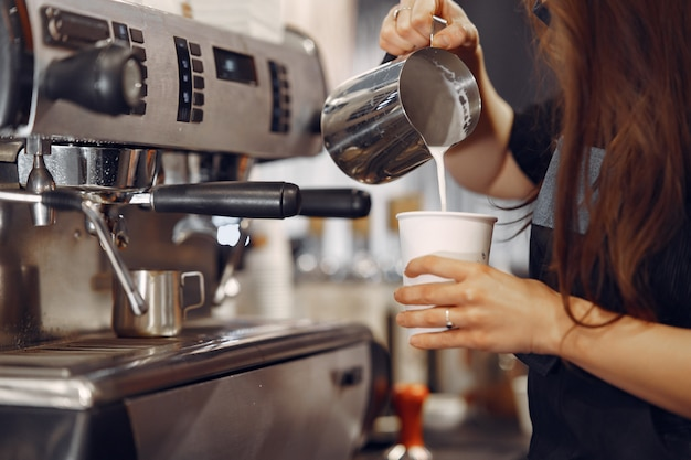 Barista café, das kaffeezubereitungsservicekonzept macht Kostenlose Fotos