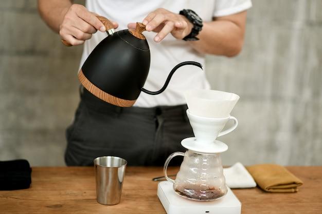 Barista, der filterkaffee im café macht. Premium Fotos