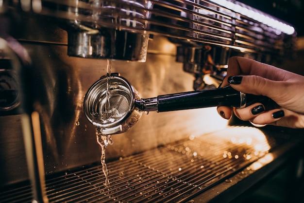 Barista, der kaffee in einer kaffeemaschine zubereitet Kostenlose Fotos