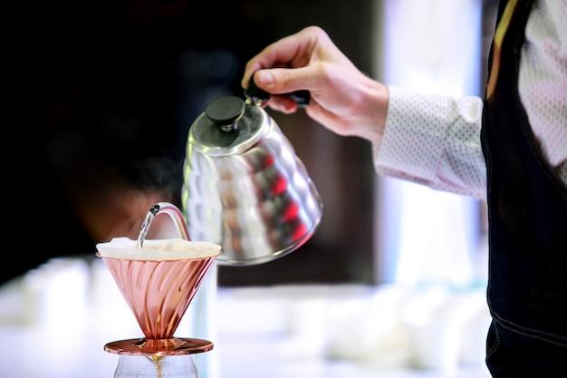 Barista kocht kaffee, kaffee, der mit chemex zubereitet, chemex, der heißen frischen kaffee tropft Premium Fotos