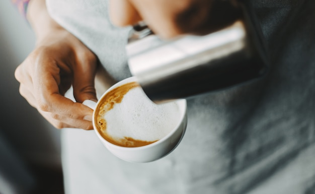 Barista macht klassischen cappuccino Premium Fotos