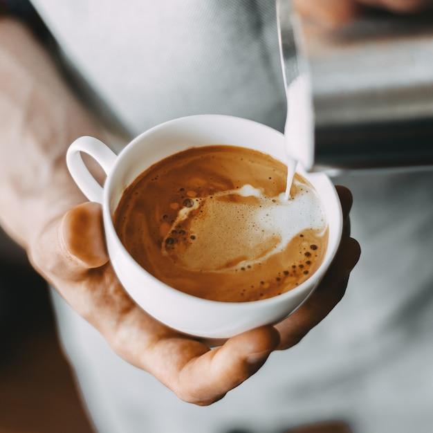 Barista macht klassischen cappuccino Kostenlose Fotos
