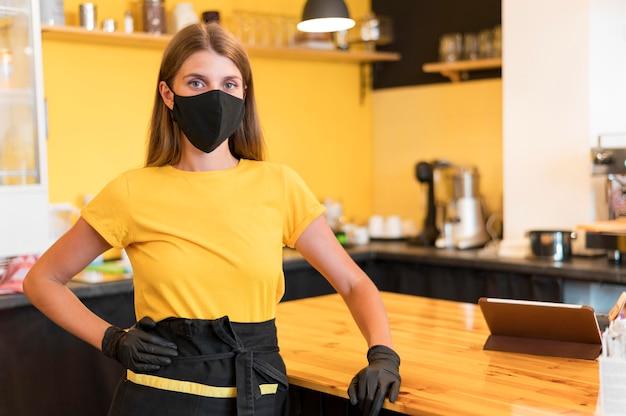 Barista trägt eine maske Kostenlose Fotos