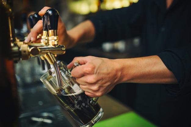 Barkeeper bei der arbeit in der kneipe Kostenlose Fotos