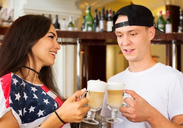 Barkeeper bieten kaffee-cappuccino an Premium Fotos