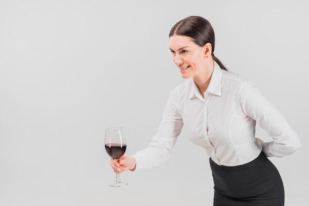 Barkeeper bietet glas wein an Kostenlose Fotos