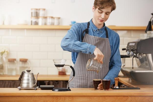 Barkeeper hände gießen alternativen kaffee in zwei glasbecher Kostenlose Fotos