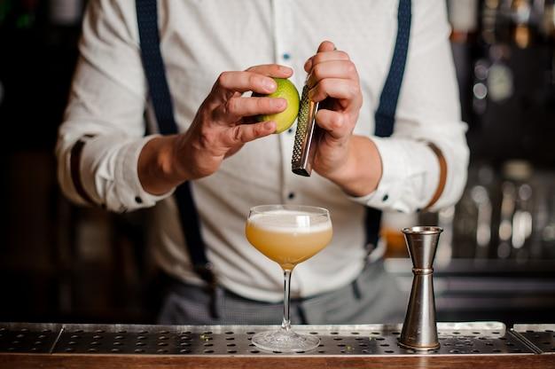 Barkeeper macht ein cocktail an der theke kein gesicht Premium Fotos