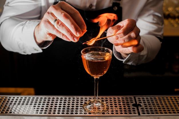 Barkeeper macht ein frisches cocktail mit einer rauchigen note Premium Fotos