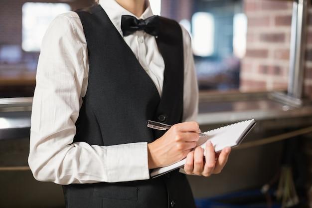 Barkeeper nimmt eine bestellung auf Premium Fotos