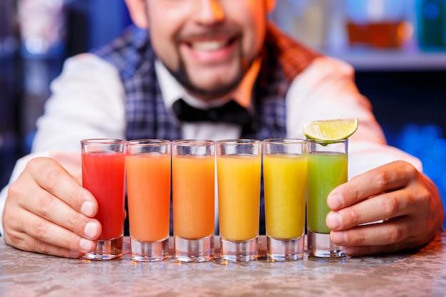 Barmann bei der arbeit, cocktails zubereiten. Kostenlose Fotos