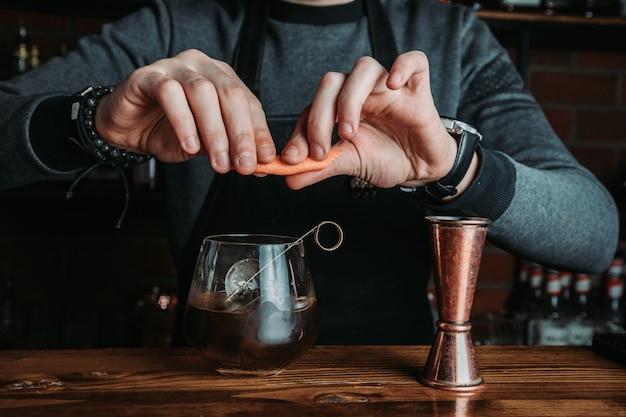 Barmann mit einem cocktail Kostenlose Fotos