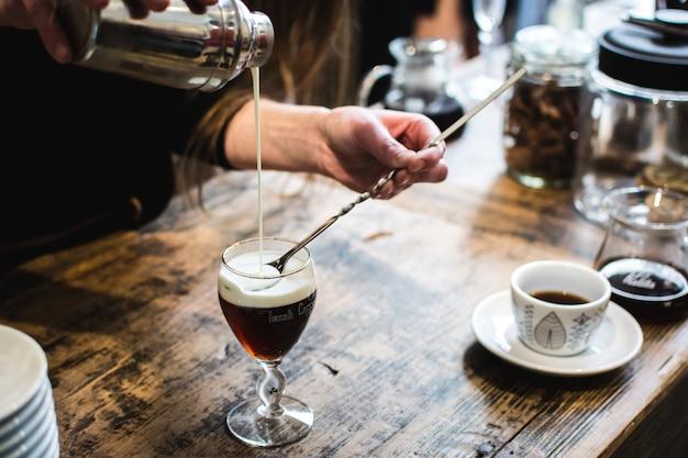 Barmixer, der kaffeegetränk vorbereitet Kostenlose Fotos