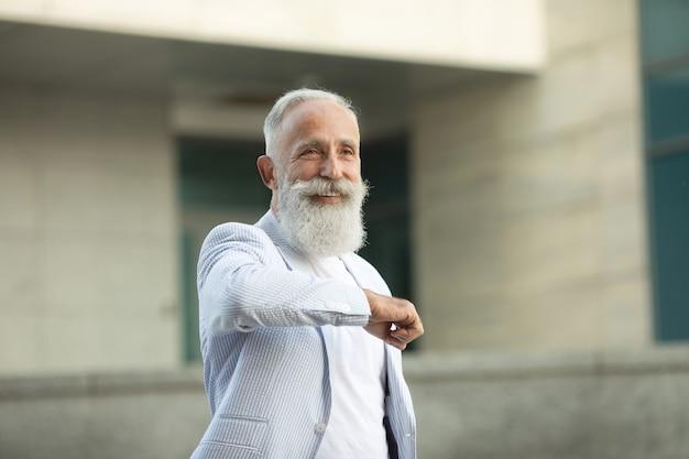 Bart älterer mann gruß mit ellbogen Premium Fotos