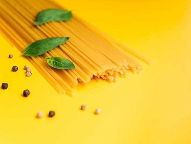 Basilikumblätter auf bündel spaghettis Kostenlose Fotos