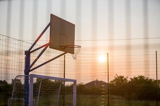 Basketballkorb im freien. sport- und erholungskonzept. Premium Fotos