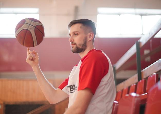 Basketballspieler auf der tribüne Premium Fotos
