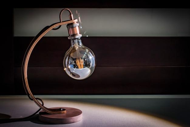 Basteltischlampe-schreibtisch, edisonlampe, betonplattform, wengeholzbein, nachtlampe, dachbodenlampe Premium Fotos