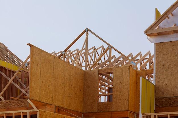 Bau des hölzernen rahmenwohngebäudes des dachs im bau. Premium Fotos