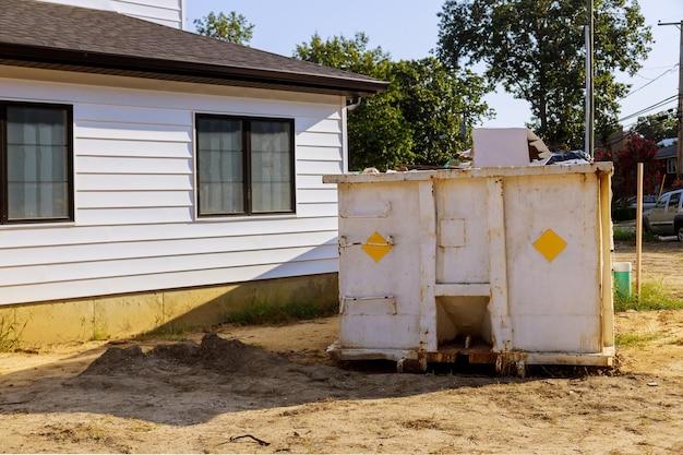Bau müllcontainer in einem metallbehälter, haushausrenovierung. Premium Fotos