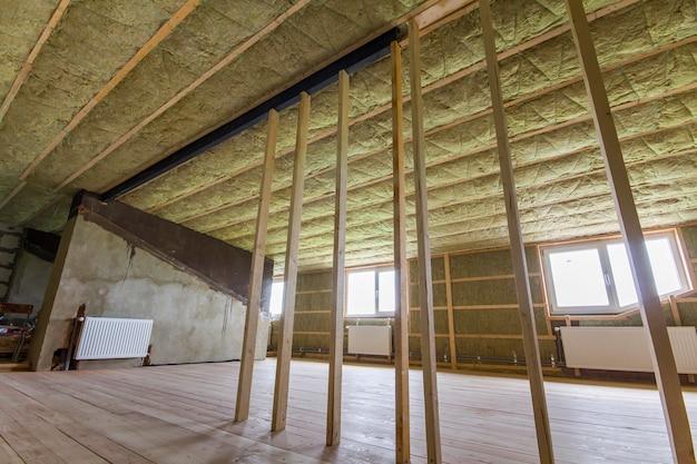 Bau und erneuerung des großen hellen geräumigen leeren raumes mit eichenboden Premium Fotos