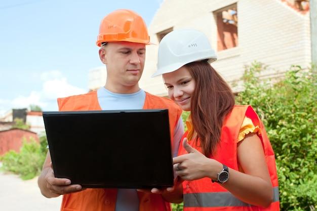 Bauarbeiter arbeiten auf der baustelle Kostenlose Fotos
