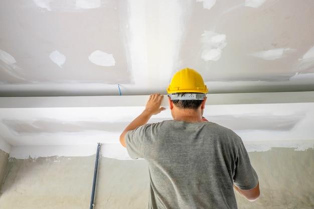 Bauarbeiter füllen die decke Premium Fotos