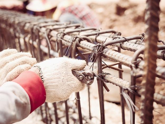 Bauarbeiter installieren stahlstangen in stahlbetonträger Kostenlose Fotos