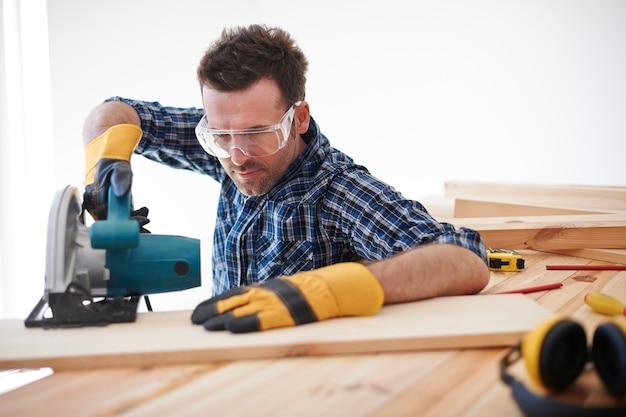 Bauarbeiter mit elektrischer säge Kostenlose Fotos